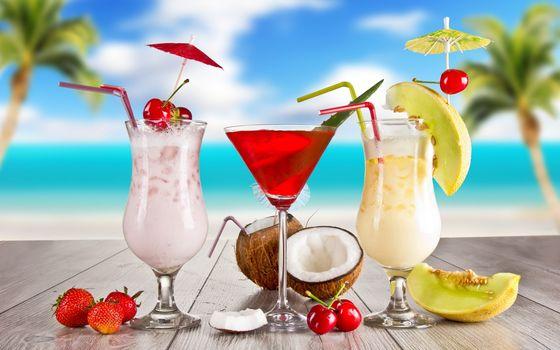 Фото бесплатно коктейли, кокос, клубника, вишня, дыня, семечки, пляж, пальмы, стол, напитки