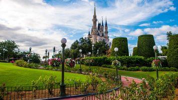 Обои замок, деревья, забор, фонари, кусты, цветы, город