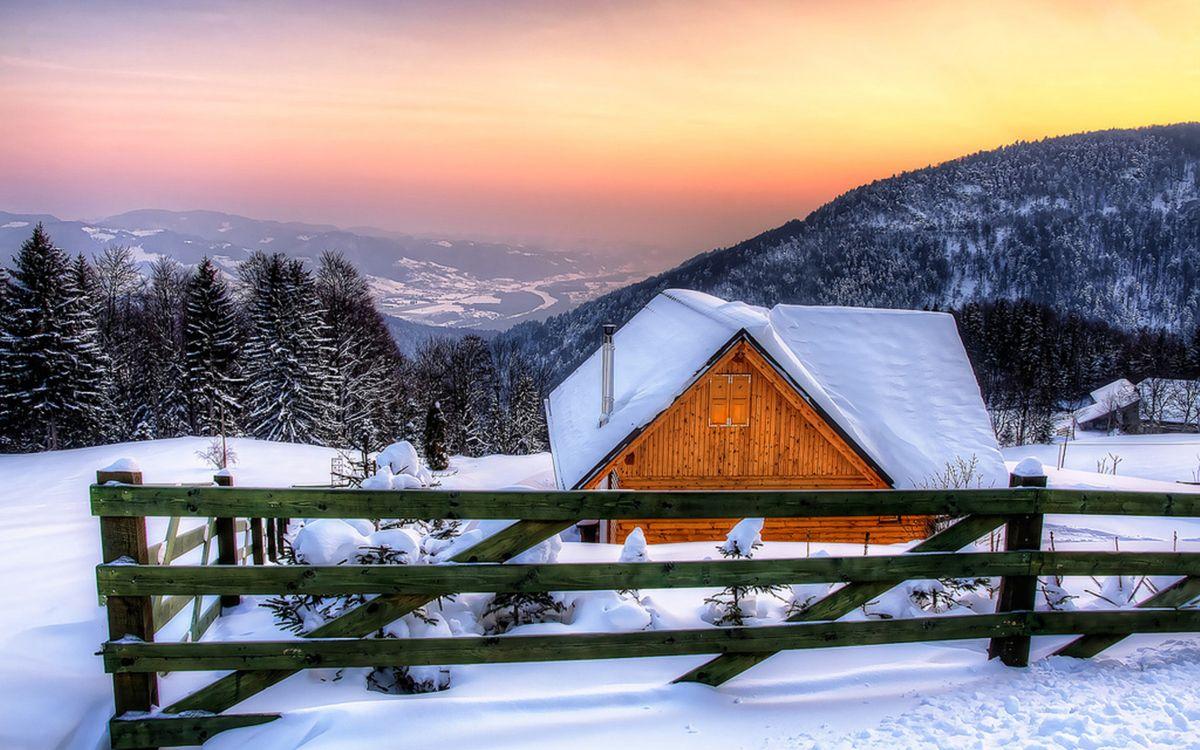 Фото бесплатно зима, снег, сугробы, горы, дом, забор, деревья, пейзажи, пейзажи - скачать на рабочий стол