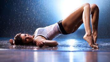 Заставки девушка, вода, дождь