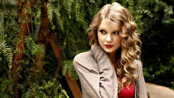 Бесплатные фото taylor swift,блондинка,глаза,губы,макияж,кофта,деревья
