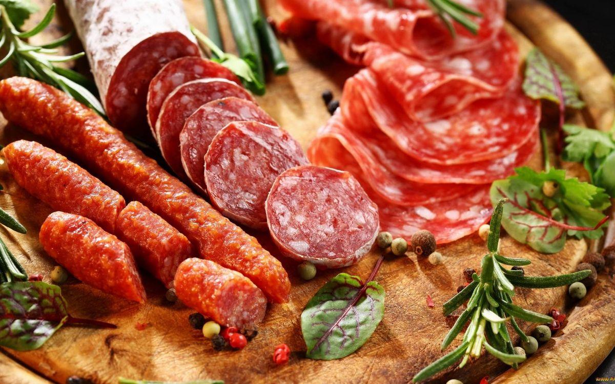 Фото бесплатно колбаса, нарезка, травы, приправа, доска разделочная, еда