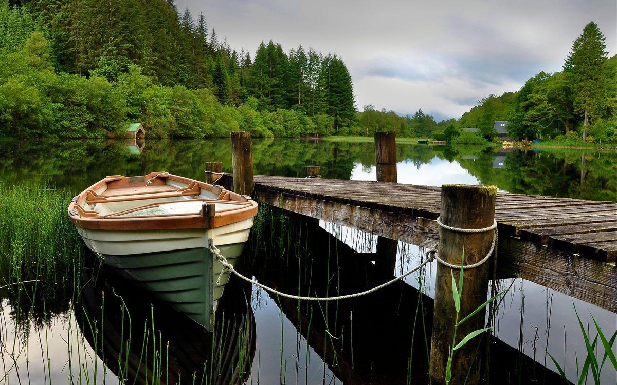 Фото бесплатно пристань, лодка, озеро, отражение, деревья, домик, небо, пейзажи, пейзажи