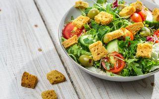 Бесплатные фото салат,помидоры,сухарики,оливки,стол,блюдо,еда