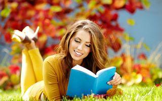 Бесплатные фото шатенка, красотка, улыбка, читает, книга, природа, девушки
