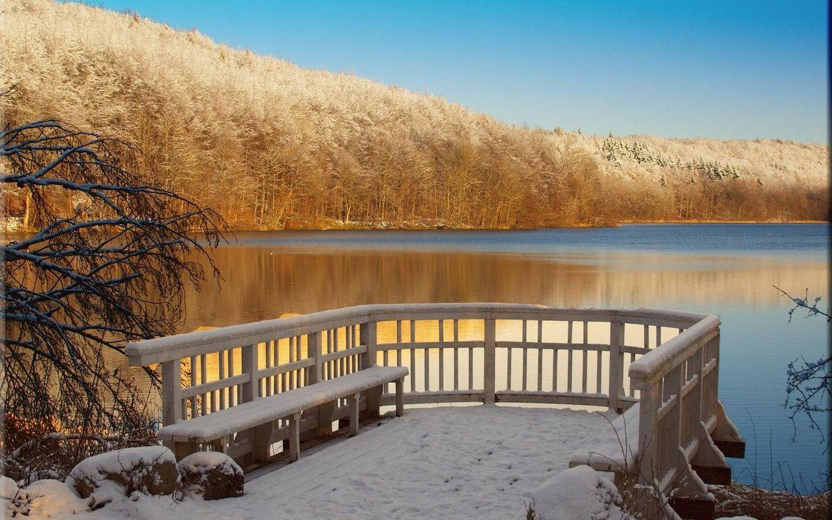 Фото бесплатно зима, площадка для отдыха, лавочки, скамейки, перила, озеро, холмы, деревья, лес, пейзажи