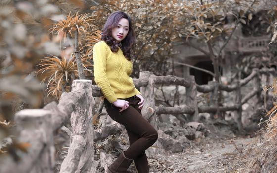Бесплатные фото азиатка,ограда,деревянная,деревья,трава,камни,девушки