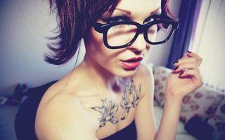 Бесплатные фото брюнетка,глаза,очки,губы,макияж,плечи,татуировки