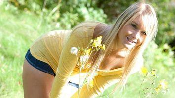 Бесплатные фото девушка, блондинка, улыбка, поле, цветы, одуванчики, лето