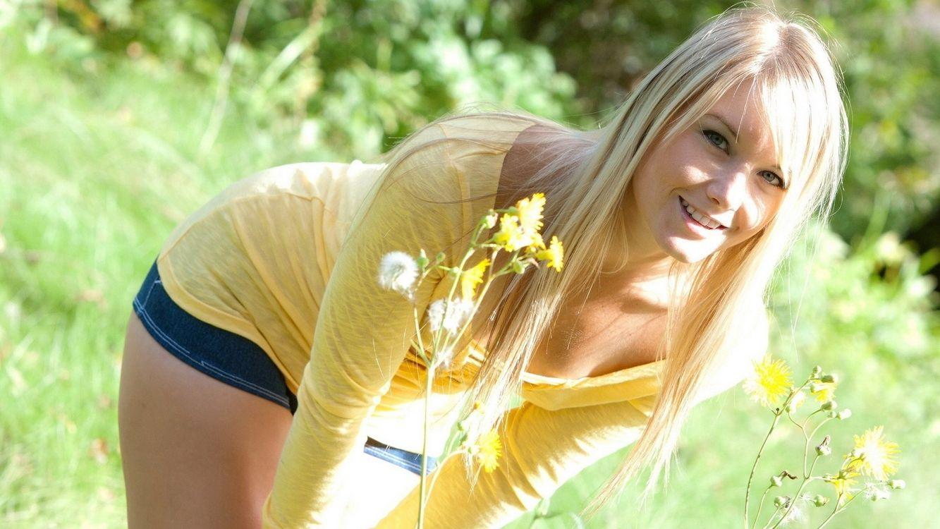 Фото бесплатно девушка, блондинка, улыбка, поле, цветы, одуванчики, лето, солнце, тепло, девушки, девушки