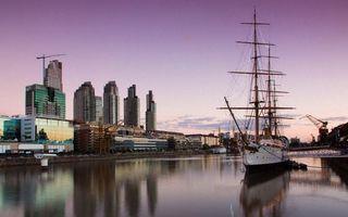 Обои корабли, яхта, дома, высотки, кран, море, река, отражение, вода, пейзажи