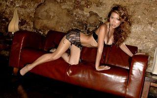 Фото бесплатно мулатка, диван, белье