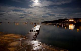 Обои ночь, море, пристань, яхты, лодки, городок, небо, луна, пейзажи