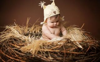 Заставки ребенок, мальчик, малыш, гнездо, солома, сено, шапка, сова, глаза, волосы, разное