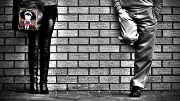 Обои стена, кирпич, ноги, девушка, девочка, мужчина, парень, сумка, рисунок, сапоги, джинсы, ботинки