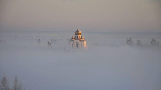 Бесплатные фото туман,деревья,церковь,храм,купола,кресты,пейзажи