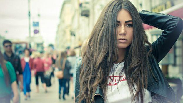 Бесплатные фото волосы,темные,рука,куртка,глаза,родинка,девушки