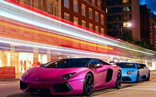 Заставки автомобиль, розовый, дорога, асфальт, полосы, колеса, диски, зеркало, стекло, дома, окна, высотки