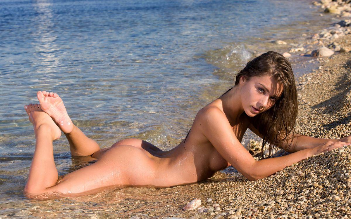 Фото бесплатно брюнетка, море, галька, эротика, эротика