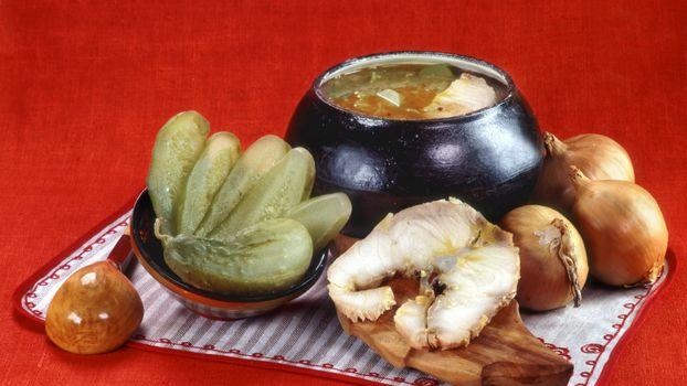 Фото бесплатно чугунок, суп, огурцы соленые