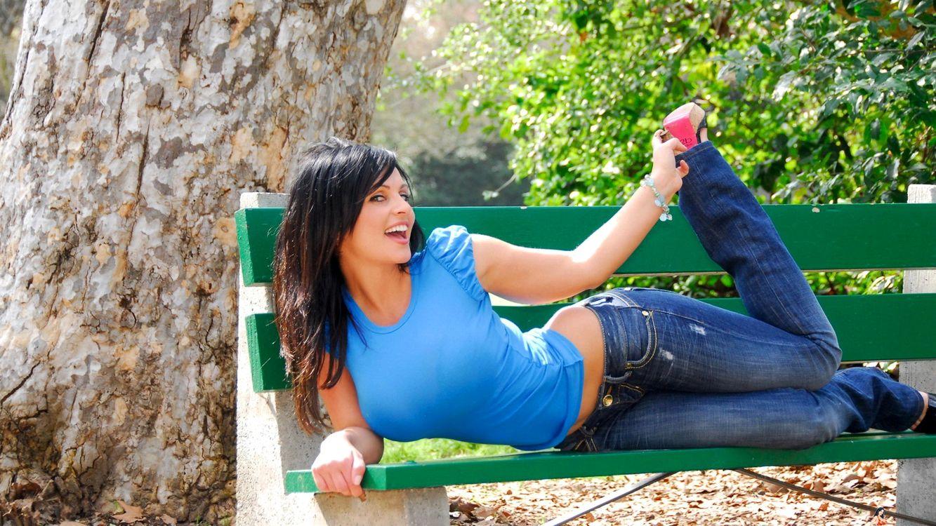 Фото бесплатно denise milani bench, девушка, скамейка, джинсы, майка, браслет, улыбка, девушки, девушки