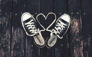 Бесплатные фото кеды,шнурки,забор,деревянный,гвозди,стельки,фирма