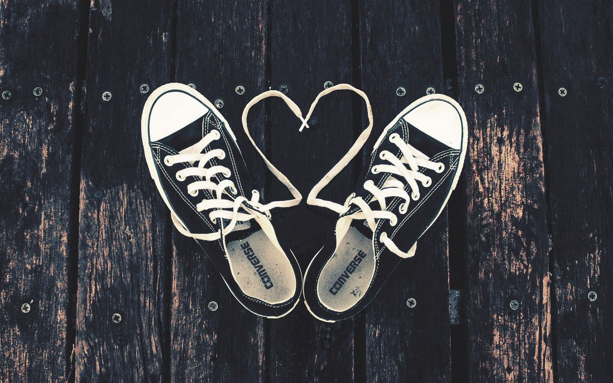 Фото бесплатно кеды, шнурки, забор, деревянный, гвозди, стельки, фирма, разное, разное