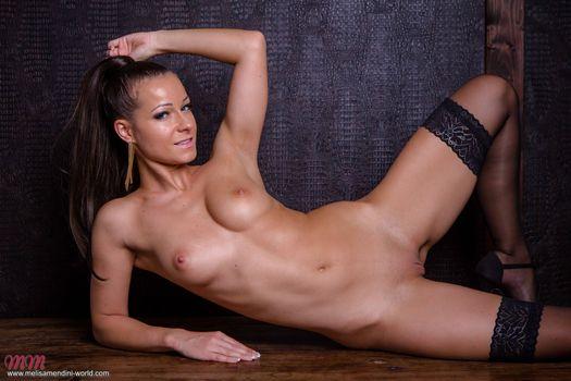 Мелисса Мендини выставляет свое красивое тело