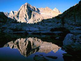 Бесплатные фото озеро,вода,горы,камни,деревья,снег,природа