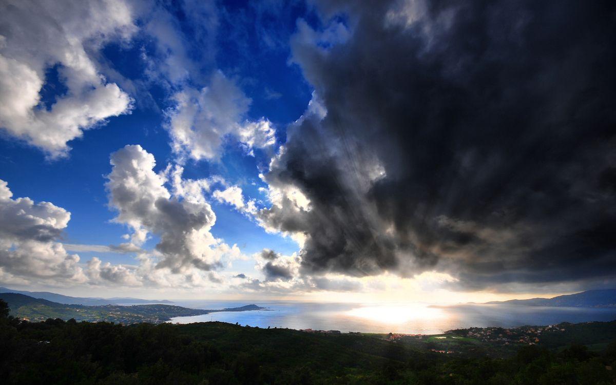 Фото бесплатно солнце, грозовые, тучи, облака, горизонт, вид с холма, возвышенность, море, деревья, дома, городок, пейзажи, пейзажи