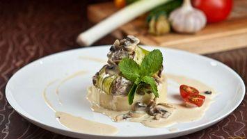 Бесплатные фото зелень,грибы,тарелка,помидоры,лук,чеснок,еда