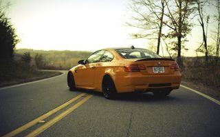 Бесплатные фото бмв, желтый, дорога, разметка, асфальт, деревья, машины