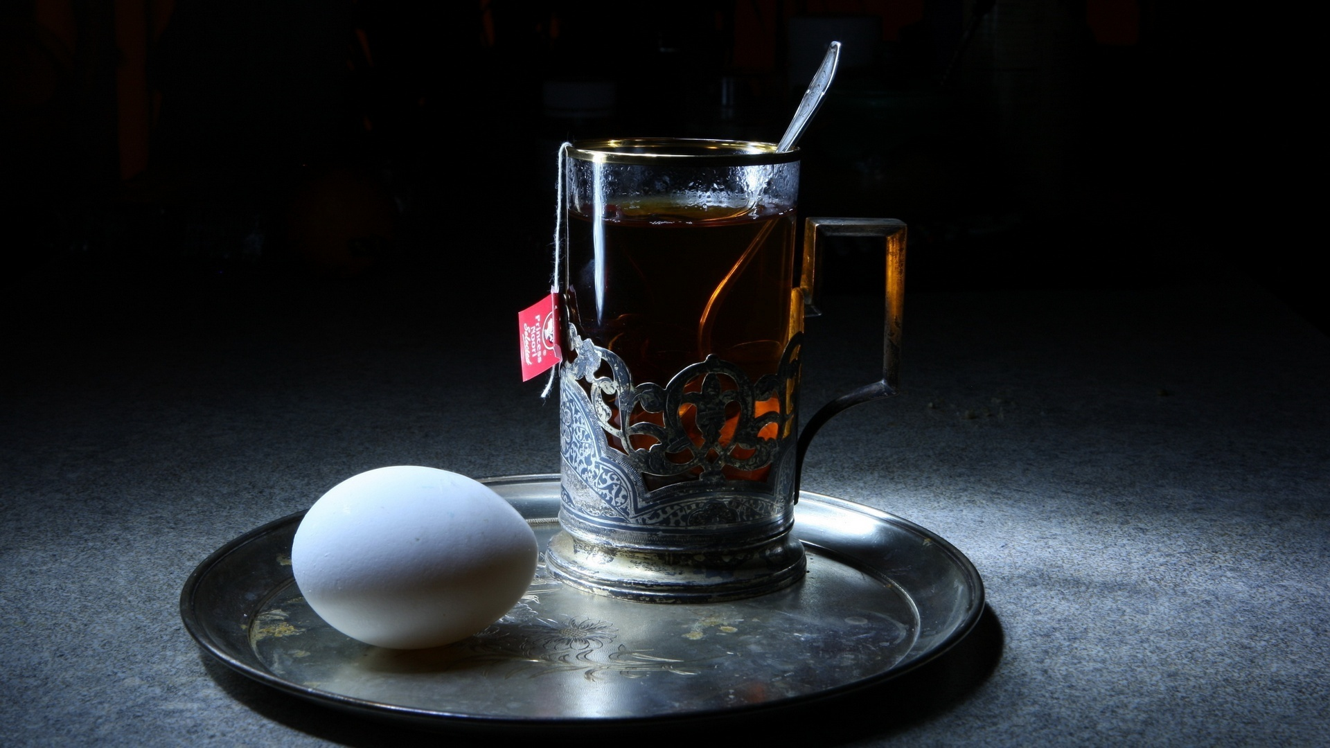 Пакетик чая в прозрачной чашке на телефон