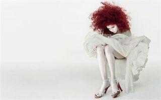 Бесплатные фото девушка,рыжая,волосы,прическа,платье,босоножки,каблуки