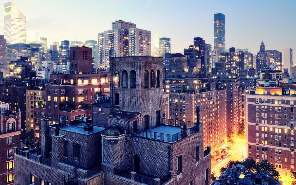 Фото бесплатно дома, кирпичи, окна, свет, деревья, высотки, небо, голубое, крыши, город, город - скачать на рабочий стол