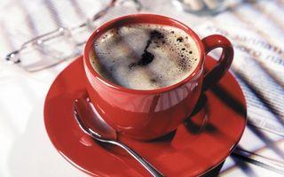 Бесплатные фото красная,чашка,кофе,ложка,блюдце,стол,очки