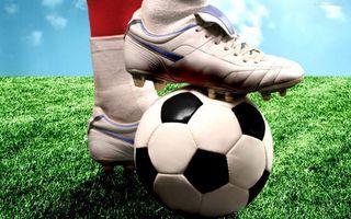Бесплатные фото мяч,футболист,форма,нога,гетры,кеды,трава