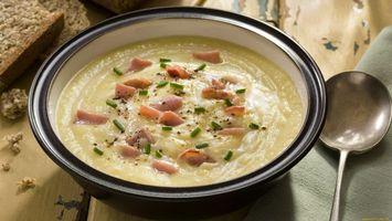 Бесплатные фото суп,пюре,зелень,тарелка,ложка,колбаса,еда