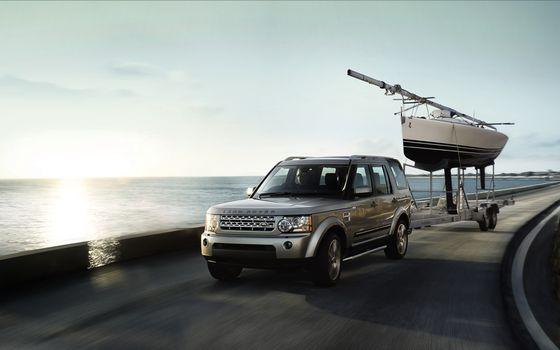 Фото бесплатно land rover, discovery, 4 s, серый, фары, джип, внедорожник, решетка, прицеп, лодка, море, горизонт