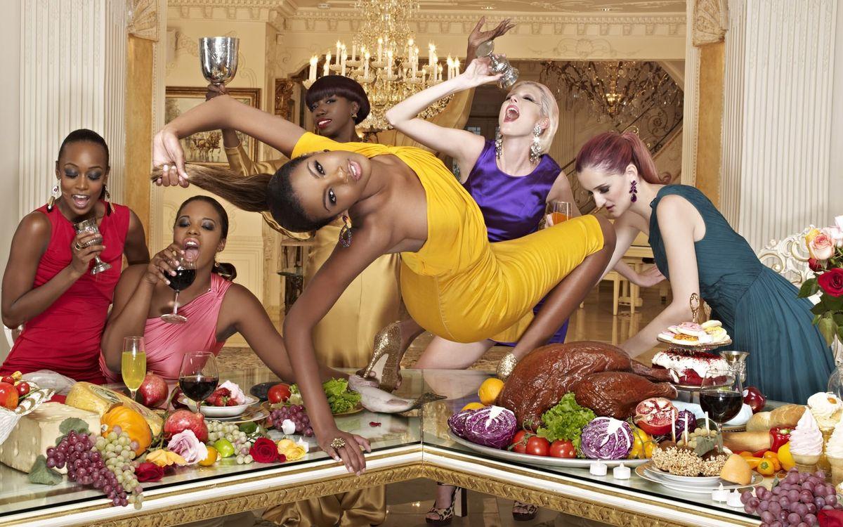 Фото бесплатно девичник, вино, танцы, стол, еда, закуска, праздники, праздники