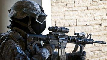 Бесплатные фото солдат, автомат, прицел, обойма, маска, очки, оружие