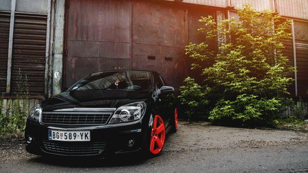 Бесплатные фото тачка,черная,фары,диски,красные,ангар,машины