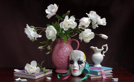 Бесплатные фото ваза,розы,белые,стол,книги,маска,кувшин,цветы