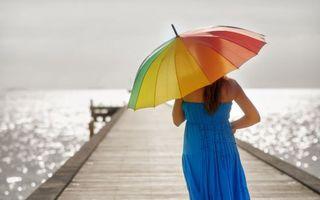 Бесплатные фото брюнетка,сарафан,синий,зонтик,пристань,море,девушки
