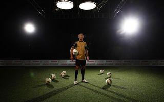 Фото бесплатно футболист, спортсмен, звезла, человек, форма, шорты, стадион, поле, футбольное, мяч, свет, 3d графика, спорт