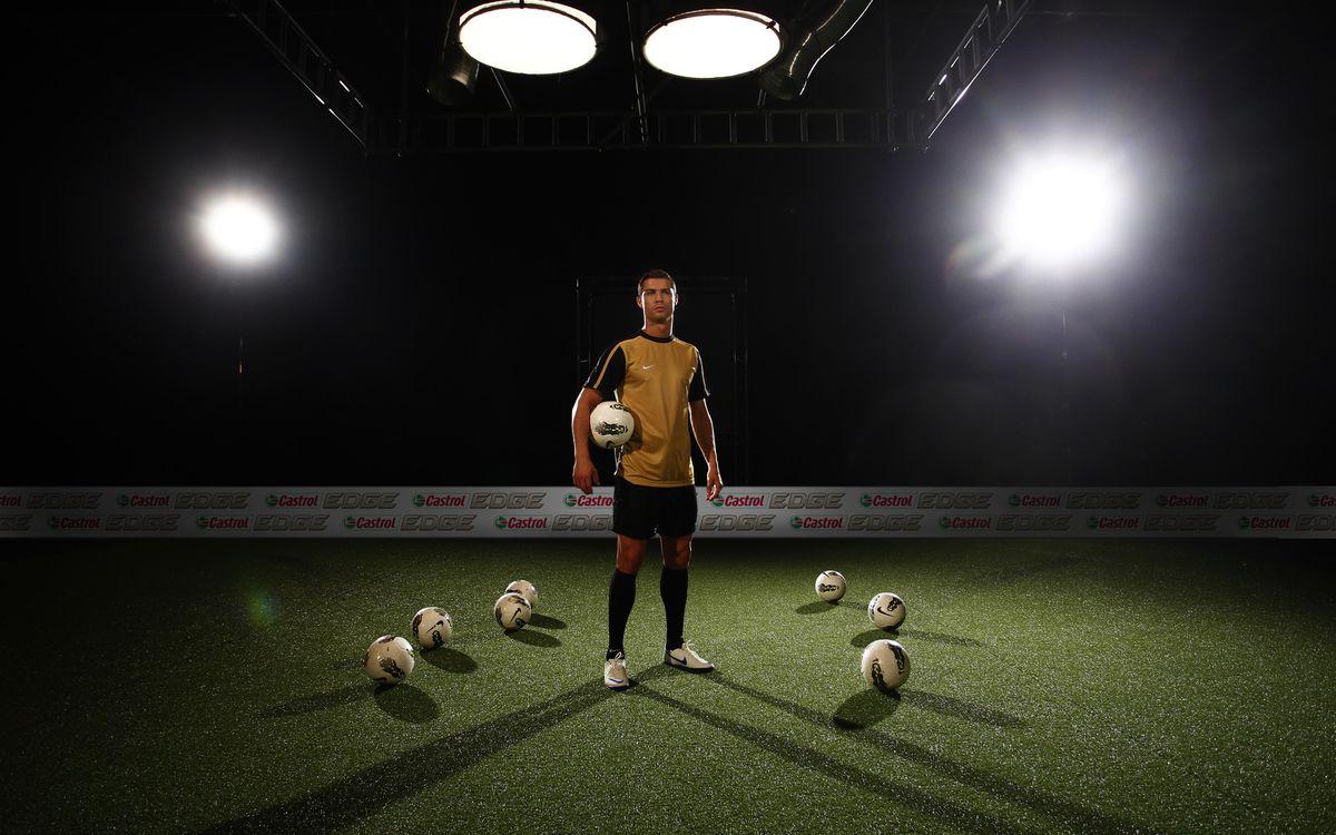 Фото бесплатно футболист, спортсмен, звезла, человек, форма, шорты, стадион, поле, футбольное, мяч, свет, 3d графика, спорт, спорт