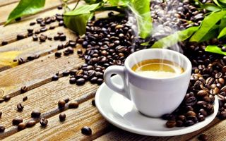 Бесплатные фото кофе,чашка,тарелка,зерна,пенка,заваренный,стол
