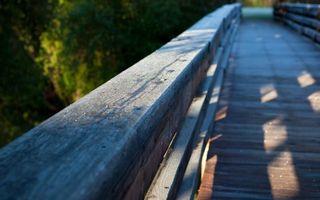 Заставки мост,перила,деревянные,свет,тень,деревья,разное