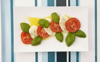 Обои помидоры, сыр, листья, салат, соус, тарелка, полоски, соевый, черри, приправа, перец, закуска