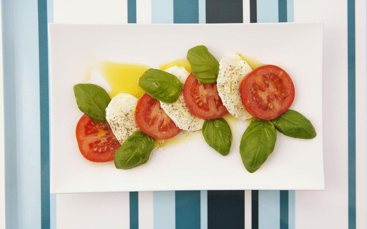Фото бесплатно помидоры, сыр, листья - на рабочий стол